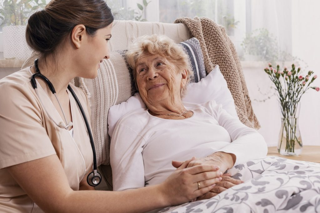 Professionals-at-the-palliative-care-center-in-Los-Angeles-show-us-how-to-take-care-of-the-elderly